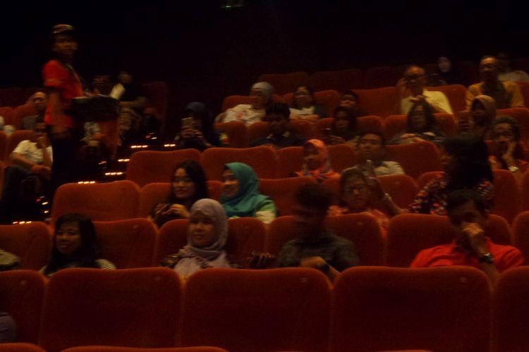 Bioskop Bisik yang digagas Think.Web kembali digelar di Studio XXI Blok M Square, Jakarta, Minggu (16/7/2017). Di sana, penyandang tunanetra dibisiki oleh relawan mengenai detil adegan film sehingga bisa membayangkan apa yang sedang ditampilkan di layar lebar.