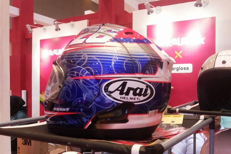 Salah satu helm merek Arai yang sudah dijual dengan harga diskon di salah satu tempat penjualan helm di arena pameran Indonesia International Motor Show (IIMS) 2018 di JIExpo Kemayoran, Jakarta, Sabtu (28/4/2018).