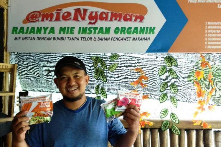 Heru Setiyo Wicaksono, pembuat mie instan Nyaman berbahan baku sayur dan buah di Jember, Jatim, Sabtu (1/12/2018).