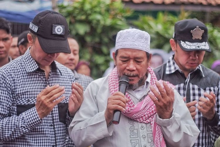 Calon Wali Kota dan Wakil Wali Kota Bogor, Bima Arya Sugiarto-Dedie Rachim, saat memanjatkan doa bersama warga untuk para korban ledakan bom di Jawa Timur, Rabu (16/5/2018).