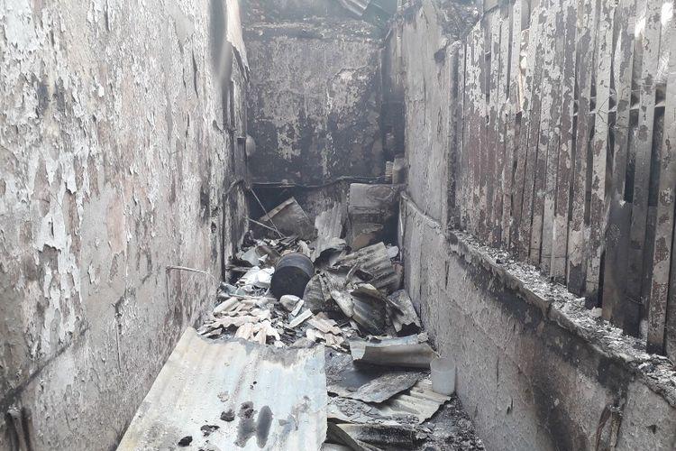 Warung mie instan milik Suhama dan Ismail di samping Pos Polisi Sabang yang ludes terbakar pada Kamis (23/5/2019).