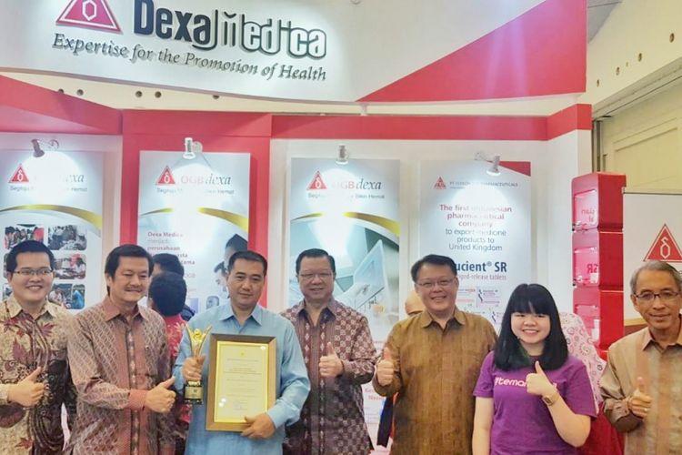 Para direksi dan manajemen Dexa Group berfoto bersama di booth Dexa Medica saat Pameran Pembangunan Kesehatan dan Produk Kesehatan dalam Negeri, Kamis (8/11/2018)