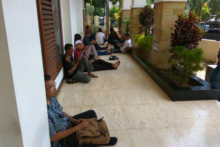 Korban investasi bodong Pandawa di depan Kantor Pengadilan Negeri Depok.