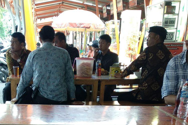 Ketua DPRD DKI Jakarta Prasetio Edi Marsudi (pakai topi) makan Sop Kaki Kambing H Irwan di Jalan Melawai XII, Jumat (8/12/2017).
