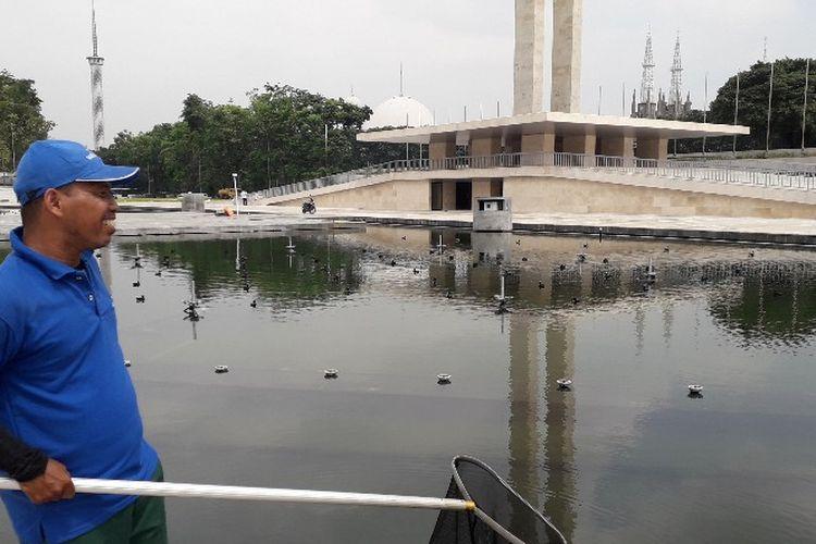 Agus, petugas pembersih kolam di proyek revitalisasi Lapangan Banteng, Pasar Baru, Jakarta Pusat pada Senin (9/4/2018).