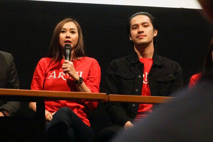 Artis peran Aura Kasih dan Morgan Oey dalam Peluncuran Teaser dan Poster film Arini: Masih Ada Kereta yang Akan Lewat di XXI Kemang Village, Jakarta Selatan, Kamis (1/3/2018).