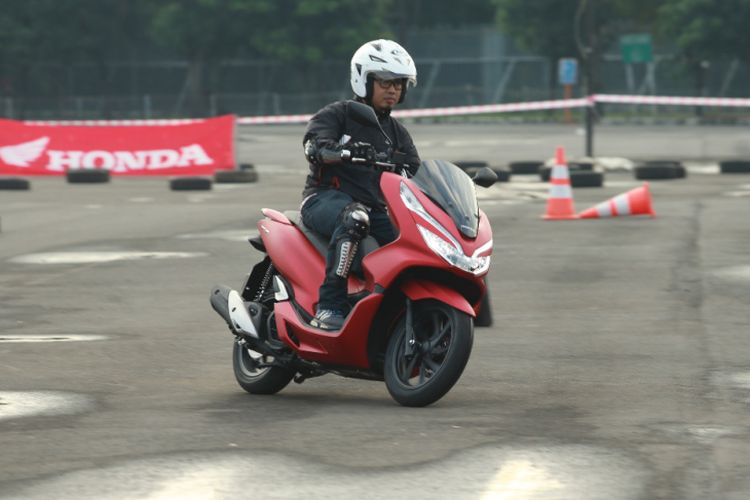 Kompas.com di atas Honda All New PCX.