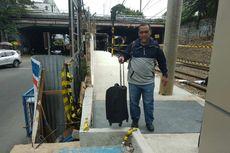 Transit dari Stasiun Sudirman ke BNI City, Penumpang Angkat Koper