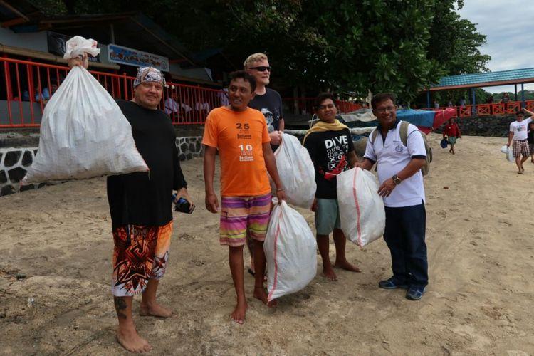 Masyarakat dan wisatawan ikut serta dalam Malendong Bersih-bersih Bunaken, di kawasan Taman Nasional Bunaken, Sabtu (28/4/2018)