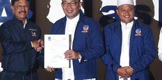 Sekjen Partai NasDem Johnny G Plate (kiri) memberikan berkas rekomendasi dukungan kepada bakal calon Gubernur dan Wakil Gubernur Jawa Barat yang diusung NasDem, Ridwan Kamil (tengah) dan Uu Ruzhanul Ulum di kantor DPP Partai NasDem, Jakarta, Minggu (7/1).