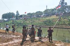 Melihat Keseruan Lomba Panjat Pinang di Kanal Banjir Timur...