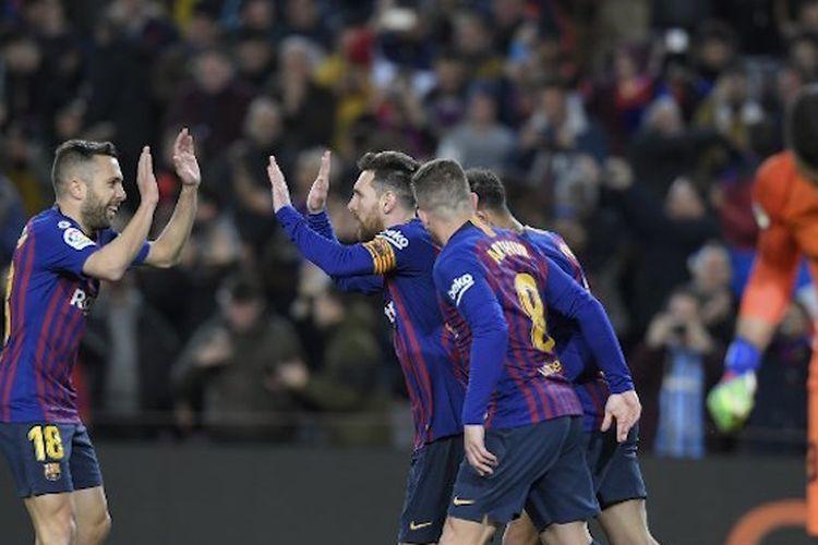 Lionel Messi dan sejumlah pemain lain merayakan gol Philippe Coutinho pada pertandingan Barcelona vs Sevilla dalam lanjutan Copa del Rey di Stadion Camp Nou, 30 Januari 2019.