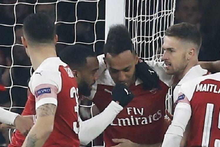 Penyerang Arsenal, Pierre-Emerick Aubameyang, merayakan gol bersama rekan setim pada babak 16 besar Liga Europa antara Arsenal vs Rennes di Stadion Emirates, Kamis (14/3/2019) atau Jumat dini hari WIB.