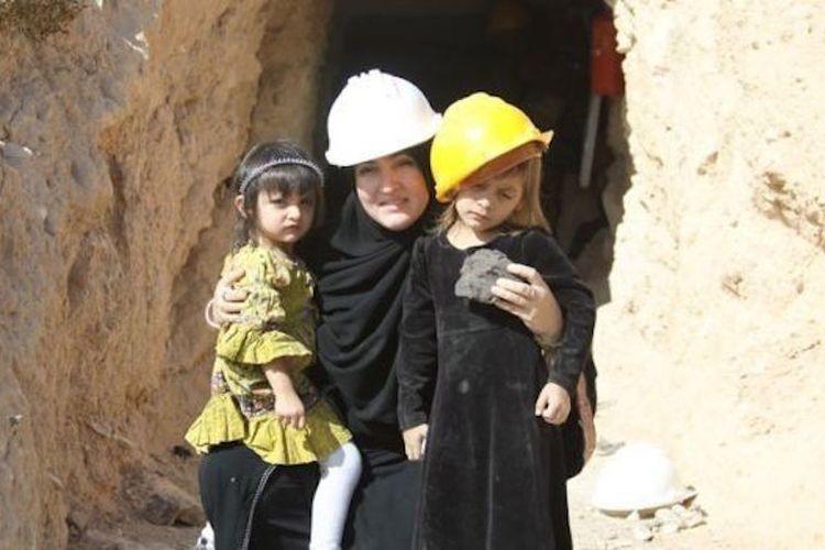Tammie Umbel bersama dua anaknya. Ia seorang muslimah di Amerika Serikat yang sukses berbisnis produk kecantikan senilai miliaran rupiah. Ia membesarkan 14 anak-anaknya sendiri di rumah.