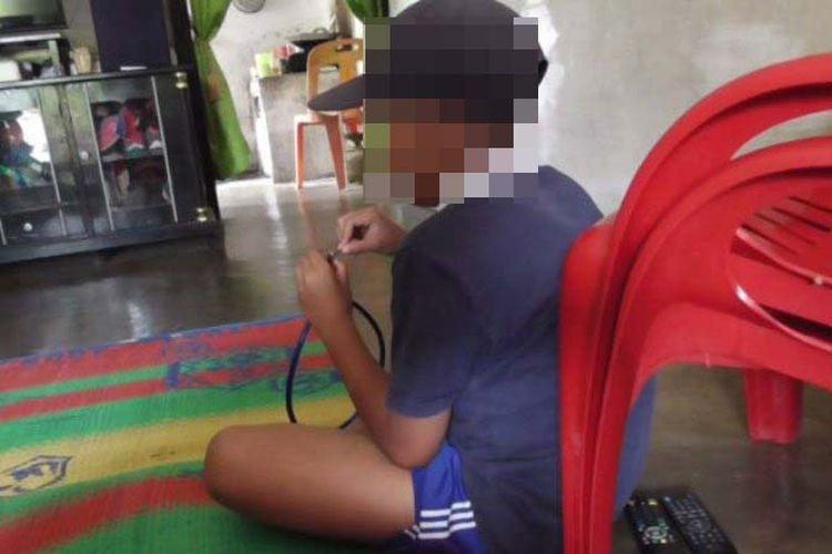 MB, siswa SD Cempedak Lobang, Kecamatan Sei Rampah, Kabupaten Serdang Bedagai, Sumatera Utara, dihukum gurunya menjilati WC karena tak membawa tanah kompos, Rabu (14/3/2018).