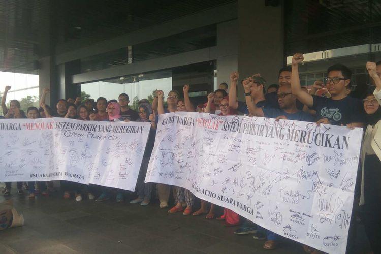 Aksi damai penandatanganan petisi berisi keluhan penghuni Apartemen Green Pramuka City, Sabtu (12/8/2017).