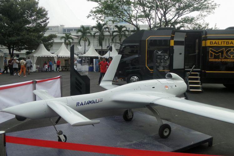 Badan Penelitian dan Pengembangan (Balitbang) Kementerian Pertahanan memamerkan prototipe pesawat terbang tanpa awak (PTTA) terbarunya, Rajawali UAV 720, di lapangan Bhineka Tunggal Ika, Kementerian Pertahanan, Jakarta Pusat, Minggu (13/8/2017).