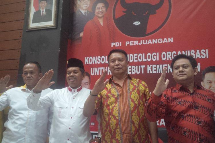 Ketua Dewan Pimpinan Daerah (DPD) Partai Golkar Jawa Barat Dedi Mulyadi bersama beberapa petinggi DPD Partai Golkar lainnya menyambangi Kantor DPD PDI Perjuangan Jawa Barat, Jalan Pelajar Pejuang, Kota Bandung, Jumat (13/10/2017).