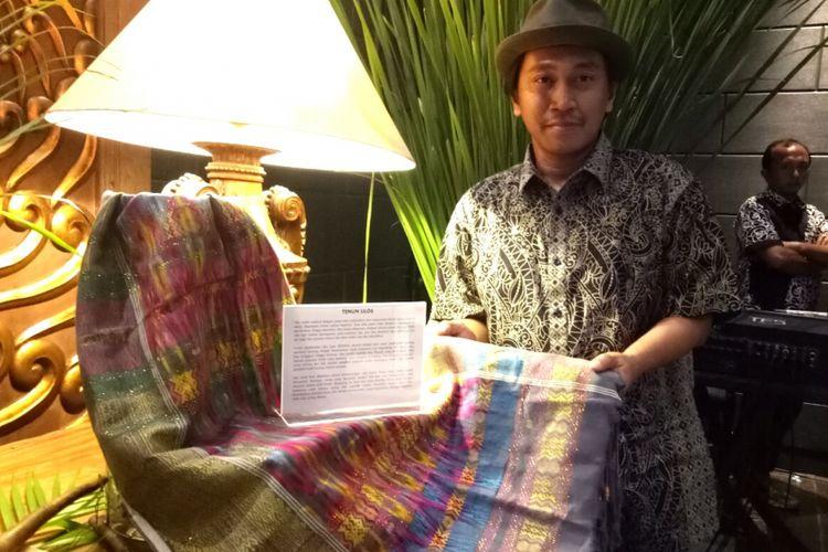 JJ Rizal sedang menjelaskan ulos khas Batak dalam acara pameran Mahakarya Indonesia, Senin (21/11/2017).