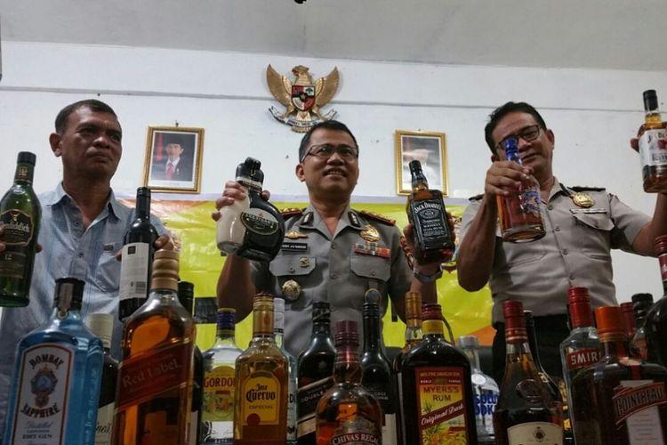 Direktur Ditpolairud Polda Kepri Kombes Teddy JS Marbun didampingi anggotanya dan humas Polda Kepri menunjukan barang bukti miras ilegal asal Singapura yang berhasil diamankan dari jembatan 6 barelang