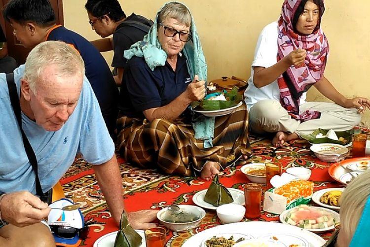 Sejumlah Yachter mengkahiri kegiatan Sabang Marine Festival dengan menjelajahi kampung dan menikmati kuliner tradisional di Aceh. Sebanyak 14 Kapal Yacht memeriahkan ajang Sabang Marine Festival akhir pekan lalu, dengan menikmati pesona bahari Pulau Weh, Sabang Propinsi Aceh.