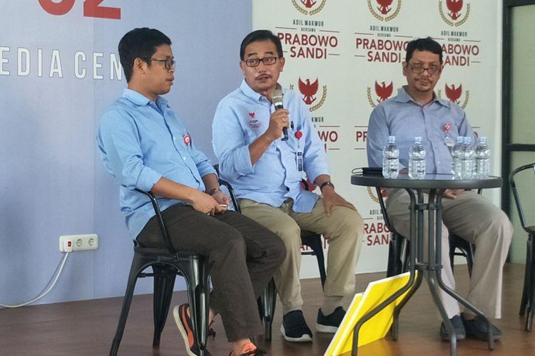 Direktur Direktorat Relawan Badan Pemenangan Nasional (BPN) Ferry Mursyidan Baldan saat menggelar konferensi pers di Media Center Prabowo-Sandi, Jalan Sriwajaya I, Jakarta Selatan, Kamis (10/1/2019).