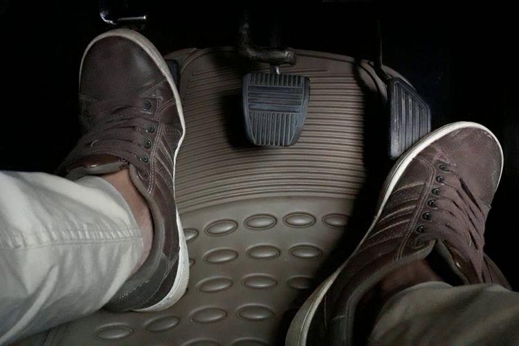 Posisi kaki kiri tengah menginjak kopling saat mengendarai mobil bertransmisi manual.