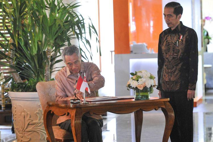 Presiden Indonesia Joko Widodo (kanan) mendampingi Perdana Menteri Singapura Lee Hsien Loong (kiri) saat mengadakan pertemuan bilateral di sela Pertemuan Tahunan IMF - World Bank Group 2018 di Nusa Dua, Bali, Kamis (11/10). ANTARA FOTO/ICom/AM IMF-WBG/Veri Sanovri/hp/2018
