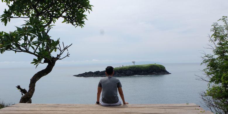 Wisatawan menikmati pemandangan dari Bukit Asah di Desa Bug Bug, Karangasem, Bali.