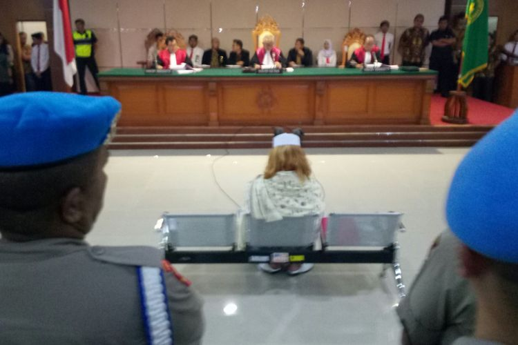 Bahar Bin Smith tengah duduk di kursi pesakitan mendengarkan dakwaan jaksa di Pengadilan Negeri Bandung, Kota Bandung, Jawa Barat, Kamis (28/2/2019). Bahar didakwa pasal berlapis, salah satunya pasal perlindungan anak.