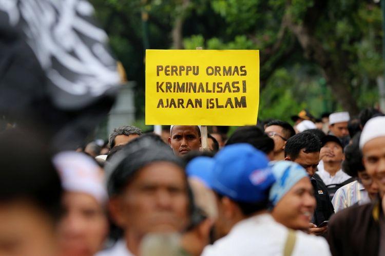 Sejumlah pengunjuk rasa ormas Islam melakukan aksi demo di Bundaran Patung Kuda, Jl Medan Merdeka Barat, Jakarta Pusat, Selasa (18/7/2017). Aksi itu menolak Pemerintahan Presiden Joko Widodo menerbitkan peraturan pemerintah pengganti undang-undang (perppu) tentang pengaturan organisasi kemasyarakatan atau ormas.