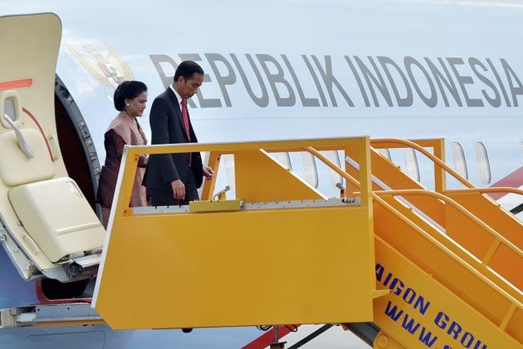 Presiden Joko Widodo (depan) bersama Ibu Negara Iriana Joko Widodo (belakang) turun dari pesawat saat tiba di Bandara Internasional Da Nang, Vietnam, Jumat (10/11). Presiden Joko Widodo menghadiri KTT APEC 2017. ANTARA FOTO/Yusran Uccang/foc/17.