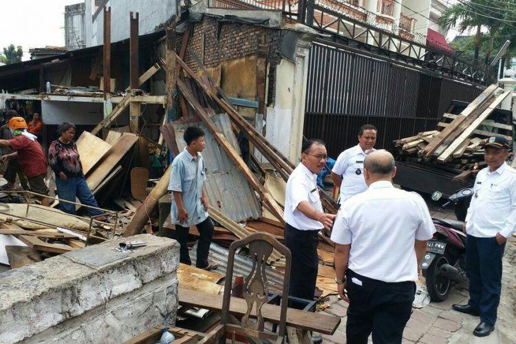 Warga membongkar sendiri bangunan liar yang didirikan di atas Kali Jelawe, Jalan Pakubuwono VI, Kebayoran Baru, Jakarta Selatan, Rabu (6/9/2017).