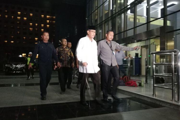 Bupati Bandung Barat Abubakar (saat masih menjabat) tiba di gedung KPK sekitar pukul 22:35 WIB dengan menggunakan mobil Nissan Serena warna hitam dengan plat nomor D 1143 UW.