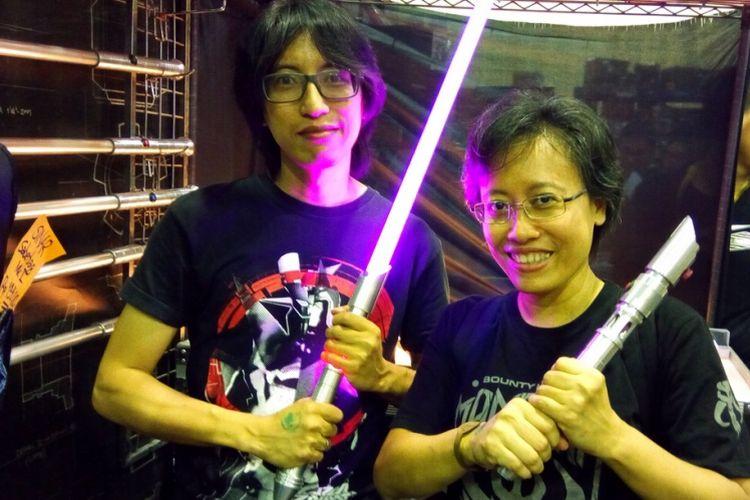 Aldo Ikhwanul Halim (kiri, pemilik Sinar Saber) dan Indie T Ogawa (kiri, pegiat cosplay Star Wars) pada pergelaran The Jakarta 14th Toys & Comics Fair 2018, Sabtu (24/2/2018). Berawal dari hobi, cosplay memang bisa mendatangkan rezeki.