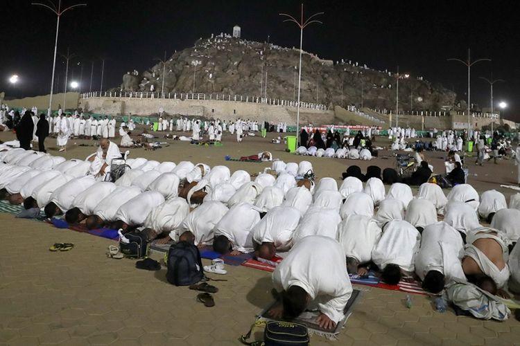 Para jemaah haji melaksanakan shalat di dekat Gunung Arafah, yang juga dikenal sebagai Jabal Rahmah, sebelah tenggara kota suci Mekah, Arab Saudi, pada Hari Arafah yang merupakan puncak ibadah haji, Kamis (31/8/2017). Tercatat sekitar 2,1 juta umat Muslim dari berbagai belahan dunia berkumpul untuk melaksanakan ibadah haji tahun ini.
