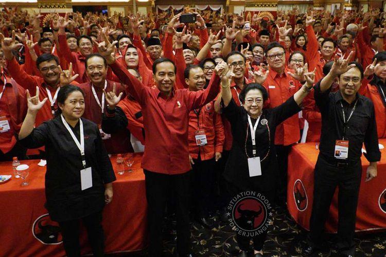 Presiden Joko Widodo (kedua kiri), Ketua Umum PDI-P Megawati Soekarnoputri (kedua kanan), Menko Bidang Pembangunan Manusia dan Kebudayaan yang juga kader PDI-P Puan Maharani (kiri) dan Panitia Pengarah Rakernas PDI-P Prananda Prabowo, bersama para kader PDIP lainnya mengacungkan simbol metal dengan ketiga jarinya seusai pembukaan Rakernas III PDI-P di Sanur, Bali, Jumat (23/2/2018). Dalam rakernas tersebut telah diputuskan untuk mencalonkan kembali Joko Widodo sebagai calon presiden 2019-2024.