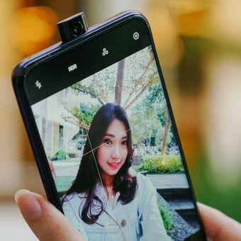Kamera seflie model pop-up, salah satu inovasi yang diterapkan pabrikan ponsel untuk menunjang penampilan dan teknologi di produknya di kelas menengah.