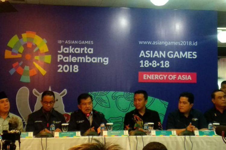 Wakil Presiden Republik Indonesia Jusuf Kalla (kedua dari kiri) menghadiri konferensi pers di Kantor Inasgoc, Senayan, Jakarta, Jumat (29/6/2018).