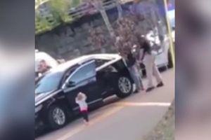 Bocah 2 Tahun Ini Angkat Tangan Saat Ayahnya Ditangkap Polisi