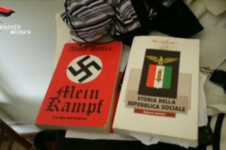 Buku otobiografi Adolf Hitler, Mein Kampf, dan buku fasisme Storia Della Repubblica Sociale.