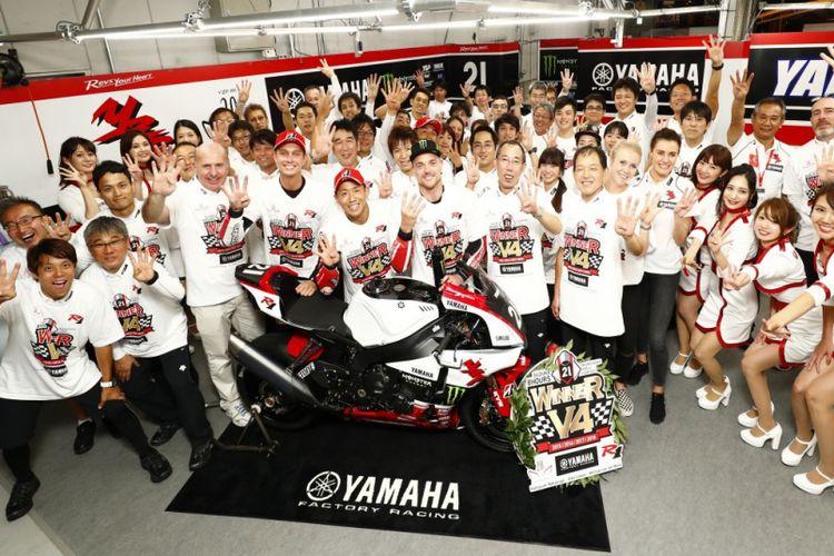 Para pebalap dan kru Yamaha Factory Racing Team merayakan kemenangan di ajang Suzuka 8 Hours Endurance Race di Sirkuit Suzuka, Jepang, Minggu (29/7/2018). Kemenangaan ini merupakan yang keempat kalinya diraih secara beruntun oleh pabrikan garpu tala.