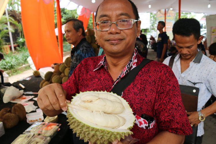 Salah satu penggemar durian si susu dalam acara Festival Wisata Durian, Minggu (25/11/2017).