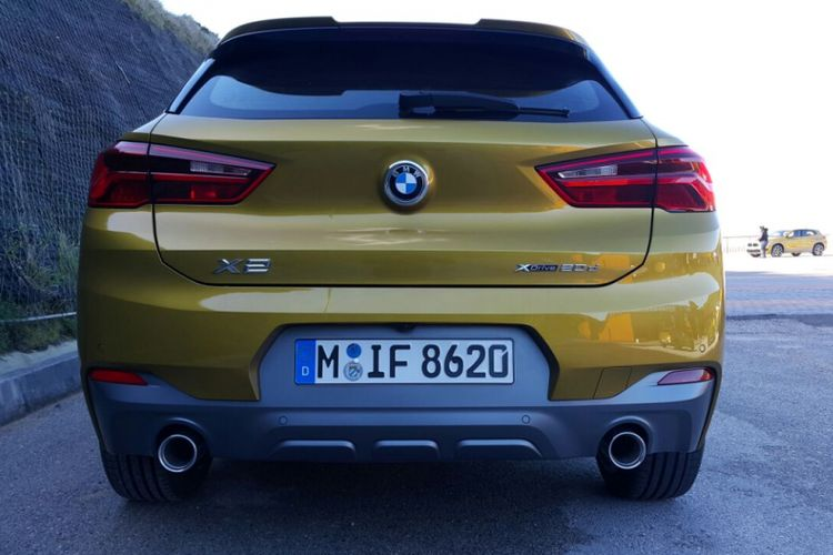 Desain belakang BMW X2 M Sport tampil menawan dengan kehadiran spoiler, lampu belakang model L-shaped yang ramping, dan knalpot kembar.