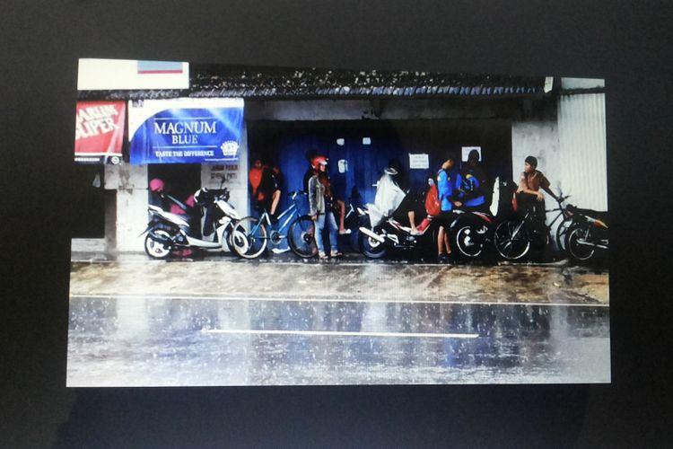Ilustrasi sejumlah pengguna jalan yang berteduh di tempat yang aman saat hujan.