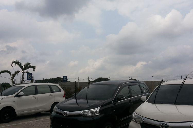 Deretan mobil baru yang diparkir di area terbuka dengan kondisi wiper diangkat.