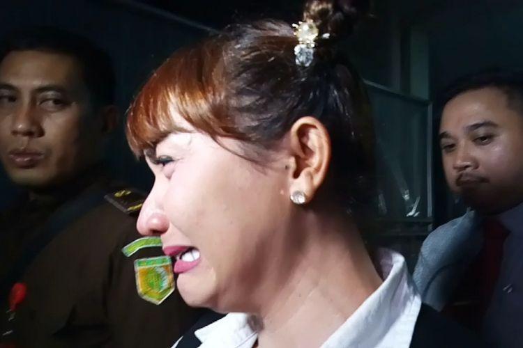 Roro Fitria menangis usai menjalani sidang di Pengadilan Agama Jakarta Selatan, Kamis (30/8/2018).