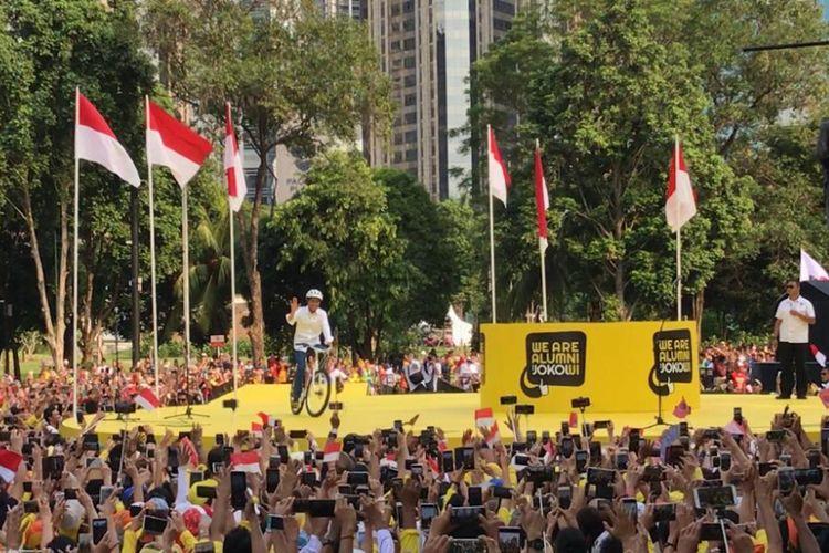 Dengan mengayuh sepeda bambu, calon presiden nomor urut 01 Joko Widodo menghadiri acara deklarasi dukungan dari para alumni sejumlah universitas negeri di Indonesia. Acara digelar di Plaza Tenggara, GBK, Senayan, Jakarta Pusat, Sabtu (12/1/2019).