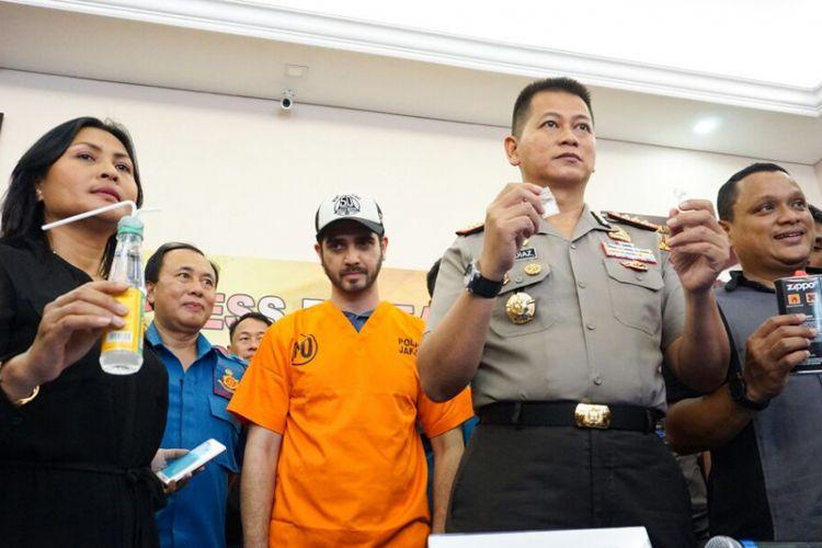 Artis peran Fachri Albar (berbaju oranye) di Polres Metro Jakarta Selatan, Rabu (14/2/2018). Dia ditangkap atas dugaan penyalahgunaan narkoba.