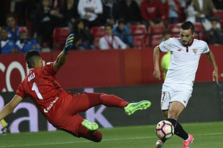 Pablo Sarabia (Sevilla) menaklukkan kiper Real Sociedad, Geronimo Rulli, pada pertandingan pekan ke-36 Divisi Primera La Liga Spanyol di Stadion Ramon Sanchez PIzjuan, Jumat (5/5/2017).